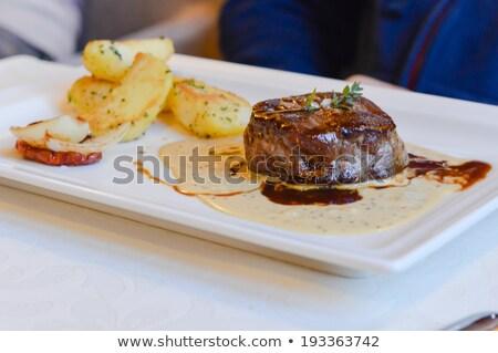 primer · plano · ternera · frito · patatas · vidrio · fondo - foto stock © luckyraccoon