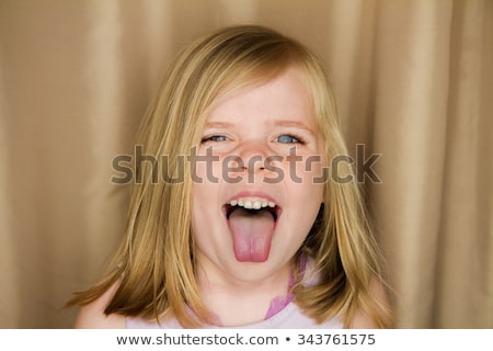 Onbeleefd jong meisje jonge mooi meisje tonen midden Stockfoto © Studiotrebuchet
