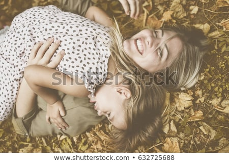 anya · lánygyermek · hazugság · fű · lány · nők - stock fotó © koca777