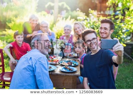 Famiglia occasione giardino alimentare sorridere bicchiere di vino Foto d'archivio © IS2