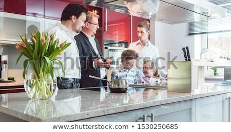 Szakértő magyaráz új konyha család néz Stock fotó © Kzenon