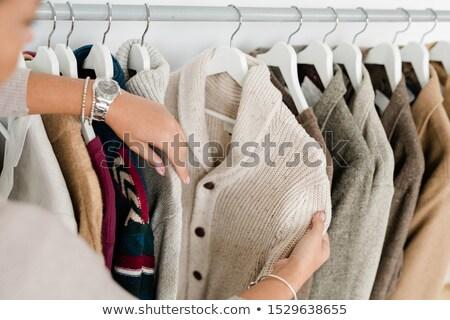 Handen jonge vrouw witte gebreid cardigan Stockfoto © pressmaster