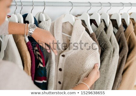 Mãos mulher jovem branco tricotado cardigã Foto stock © pressmaster