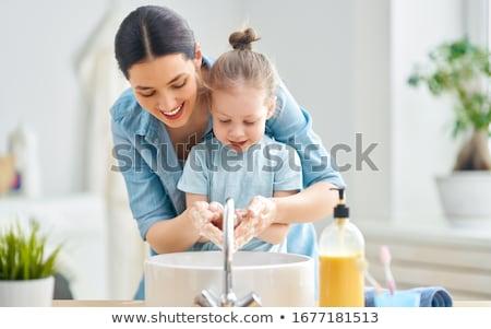 Mädchen Mutter Waschen Hände cute kleines Mädchen Stock foto © choreograph
