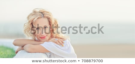 gelukkig · vriendelijk · rijpe · vrouw · strand · oceaan · portret - stockfoto © roboriginal