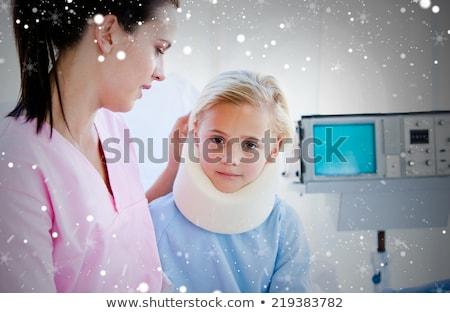 女性 · 首の痛み · 座って · ベッド · 若い女性 · ルーム - ストックフォト © wavebreak_media