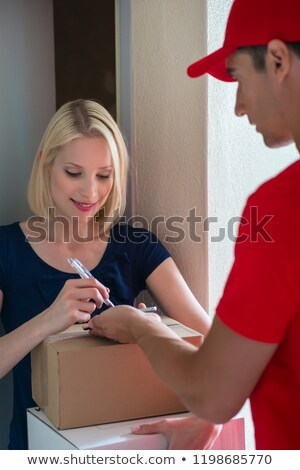 Sonriendo femenino cliente toma pluma mensajero Foto stock © Kzenon