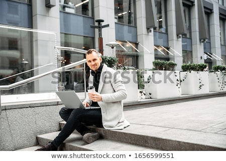 jeune · homme · séance · escaliers · bâtiment · moderne · affaires · homme - photo stock © deandrobot