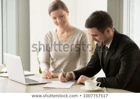 Jonge geslaagd directeur business bedrijf ondertekening Stockfoto © pressmaster