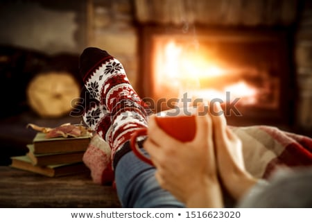 Foto stock: Meias · fogo · natal · enforcamento · sala · de · estar · branco