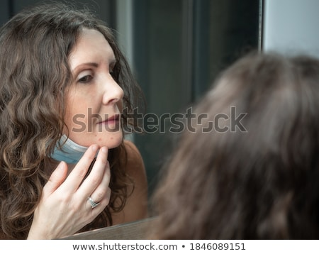 adolescente · nino · senalando · barbilla · belleza - foto stock © stryjek