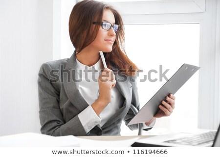 mooie · zakenvrouw · glimlachend · werken · rapporten · statistiek - stockfoto © hasloo
