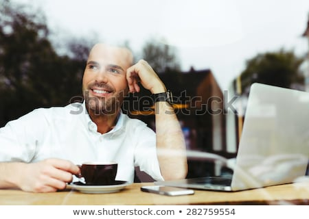 Сток-фото: портрет · молодым · человеком · питьевой · кофе · расслабиться