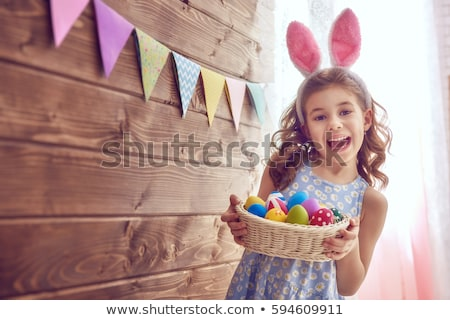 lány · húsvéti · tojások · barna · hajú · mosolyog · tart · festett - stock fotó © Kor