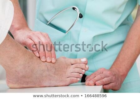 enfermera · toma · latido · del · corazón · paciente · familia · mano - foto stock © leventegyori