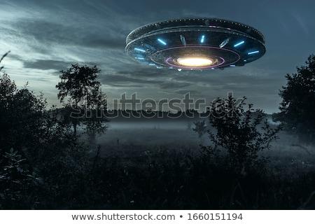 ufo · aislado · blanco · verde · armas · vuelo - foto stock © lom