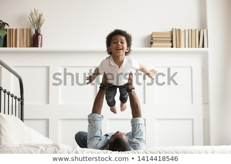 filho · pai · cama · feliz · tempo · amor · casa - foto stock © zurijeta