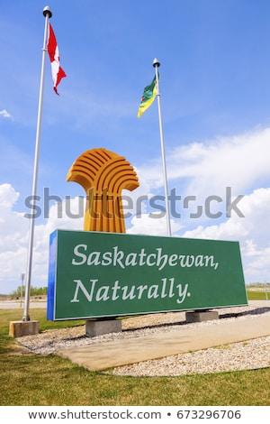 Bienvenida saskatchewan signo banderas Canadá carretera Foto stock © benkrut