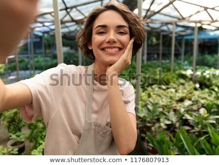 女性 · 植木屋 · 立って · 植物 · 温室 · 水 - ストックフォト © deandrobot