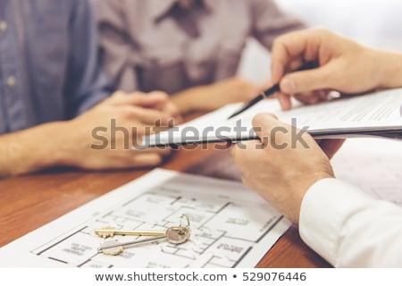 makelaar · tonen · nieuw · huis · gelukkig · echtpaar · verkoop - stockfoto © diego_cervo