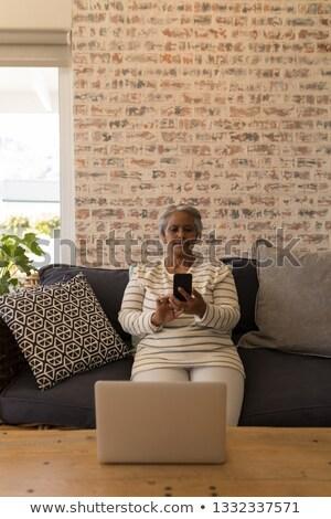 senior · mulher · telefone · móvel · sessão · sofá · sorrir - foto stock © wavebreak_media