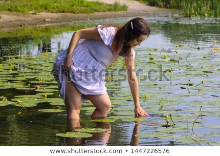 Brunette Geel lelie bloemen water gelukkig Stockfoto © dolgachov