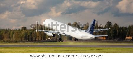 Vliegtuig vliegen omhoog landingsbaan luchthaven Stockfoto © kawing921