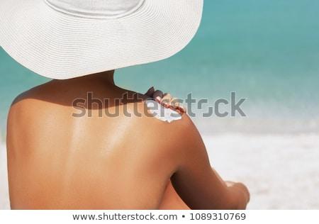 mulher · banhos · de · sol · protetor · solar · praia · férias · de · verão · turismo - foto stock © dolgachov