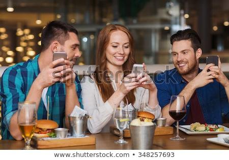 Paar smartphones dining restaurant recreatie technologie Stockfoto © dolgachov