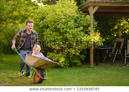 Baba itme oğul el arabası kadın adam Stok fotoğraf © IS2