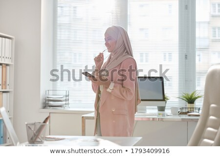 portable · femme · parler · casque · couché · isolé - photo stock © monkey_business