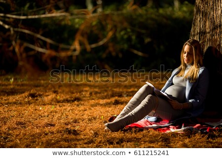 jonge · zwangere · vrouw · vergadering · boom · najaar · park - stockfoto © boggy