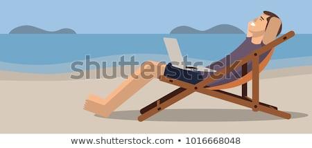 ストックフォト: 男 · 座って · ビーチ · 冬 · 秋 · 笑みを浮かべて