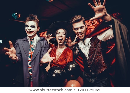 Groep gelukkig vrienden scary kostuums vieren Stockfoto © deandrobot
