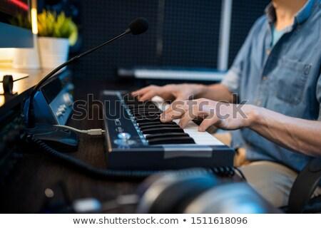 Giovani maschio musicista toccare tasti piano Foto d'archivio © pressmaster