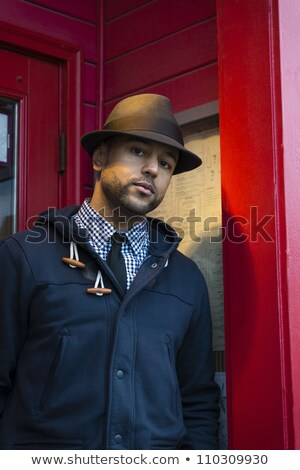 молодые · черным · человеком · мягкая · фетровая · шляпа · красный · дверной · проем · Постоянный - Сток-фото © Schmedia