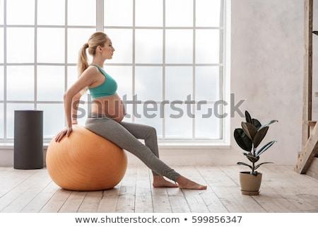 ritratto · donna · incinta · yoga · viola · esercizio - foto d'archivio © deandrobot
