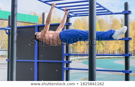 Bodybuilder jeunes musculaire permanent sol Photo stock © pressmaster