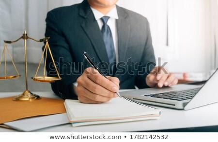 Foto stock: Masculina · abogado · de · trabajo · martillo · escalas · justicia