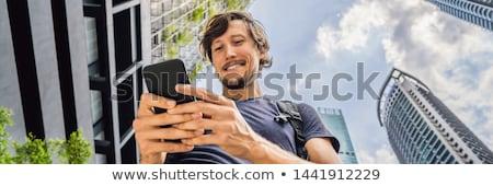 Człowiek Pokaż app smartphone wieżowce banner Zdjęcia stock © galitskaya
