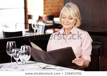 Altos mujer lectura menú restaurante beber Foto stock © photography33