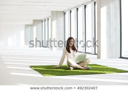 女性 · 座って · カーペット · ラップトップを使用して · 肖像 · 魅力的な - ストックフォト © AndreyPopov