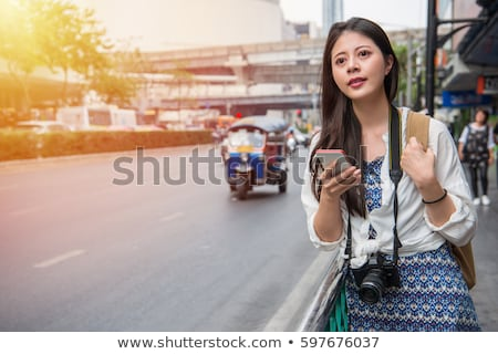Vrouw telefoon app taxi dienst vinden Stockfoto © galitskaya