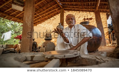 Trabalhar cerâmico pratos Índia homem projeto Foto stock © cookelma