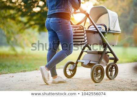 Zomer park familie lopen kinderwagen moeder Stockfoto © robuart