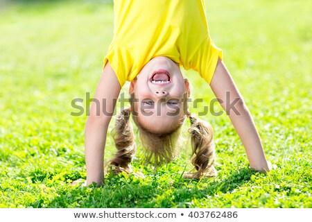 Criança menina de cabeça para baixo parque Valência rio Foto stock © lunamarina