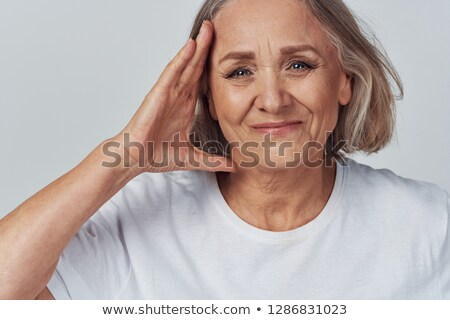 Glimlachende vrouw witte tshirt aanraken gezicht schoonheid Stockfoto © dolgachov