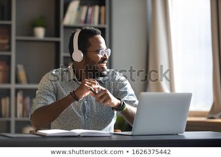 Stockfoto: Jonge · man · luisteren · naar · muziek · laptop · computer · boek · telefoon