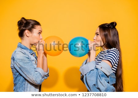 Casual mulher jovem bochechas lado Foto stock © feedough