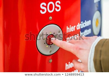 Mujer sos emergencia botón estación de ferrocarril Foto stock © Kzenon